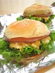 チーズが香ばしい!ハムと卵のロールサンドの写真