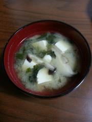 あざみと椎茸の味噌汁の写真