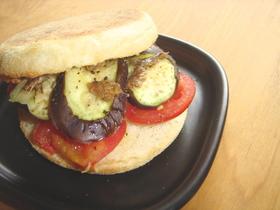 夏野菜とアンチョビのバジルバターサンド