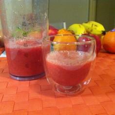 ブレンダーでトマトと赤ピーマンのジュース