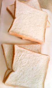 5枚切り食パンをきれいに半分に切る裏ワザの写真