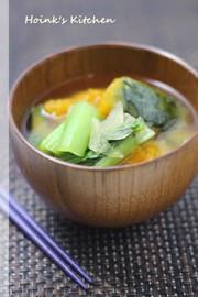 かぼちゃと小松菜のお味噌汁の写真
