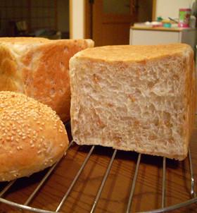 ライ麦の粒が丸ごと入った『ライ麦食パン』