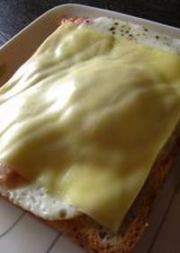 ベーコンエッグのチーズトースト♪