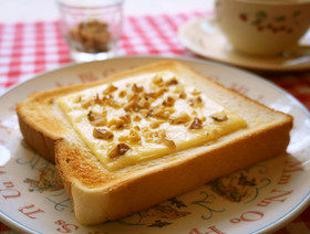 朝食に☆胡桃チーズトースト