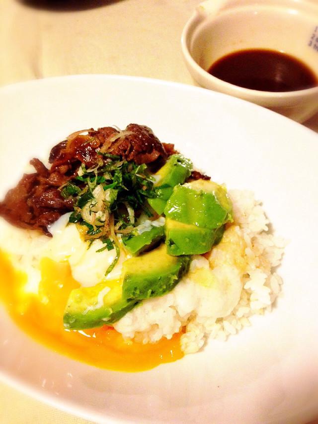 夏のアレンジ牛丼☆トロロ&アボワサビ醤油