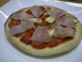 クリームチーズと生ハムのピザ