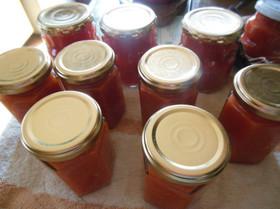 旬のトマトを使った水煮の瓶詰