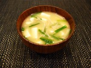 風邪予防◎ニラ納豆・えのき・豆腐の味噌汁の写真