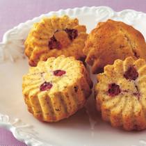 桜の花と甘納豆のケーキほうじ茶風味