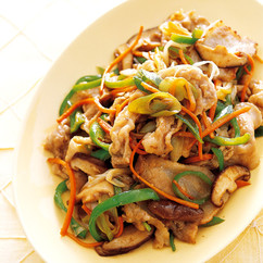 豚とせん切り野菜の黒酢炒め
