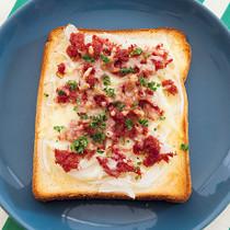 玉ねぎ&コンビーフのっけトースト
