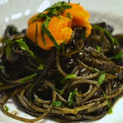 スパゲッティ・イカスミのソース ウニ添え