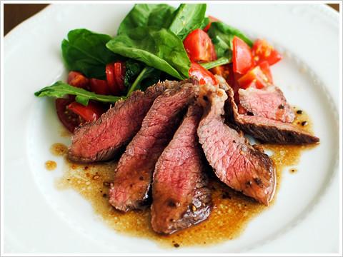 牛肉のタリアータ、トマトとルッコラ添え