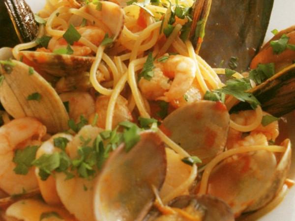 魚介入りトマトソースのスパゲティ