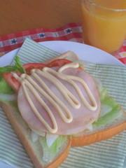 フレッシュサラダのハムサンドの写真