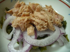 ツナ、紫たまねぎ、わかめの簡単盛りサラダ