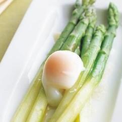 ゆでアスパラガスの温泉卵のせ