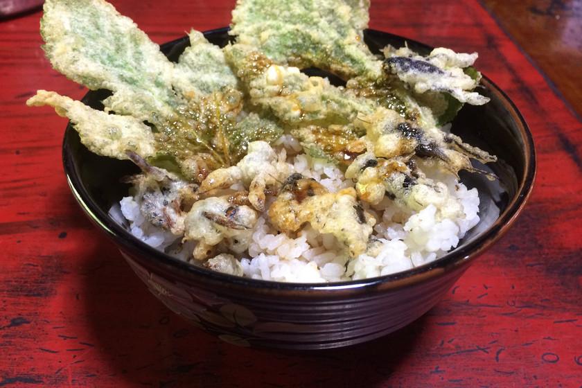 コオロギとスズメバチの天ぷら丼