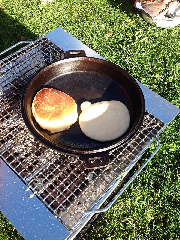 キャンプ!ダッチオーブンでホットケーキ