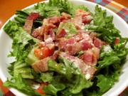 グリーンリーフとベーコンのサラダの写真