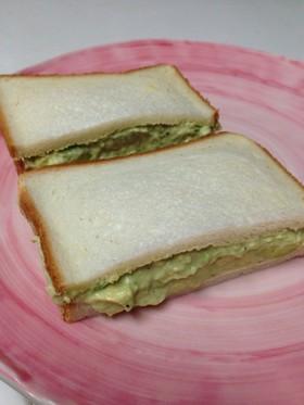 アボカドとカマンベールのサンドイッチ