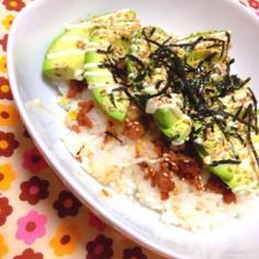栄養満点☆アボカドの肉味噌丼