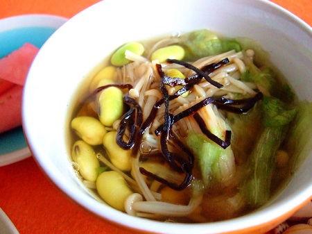 枝豆とエノキとレタスの昆布茶スープ。