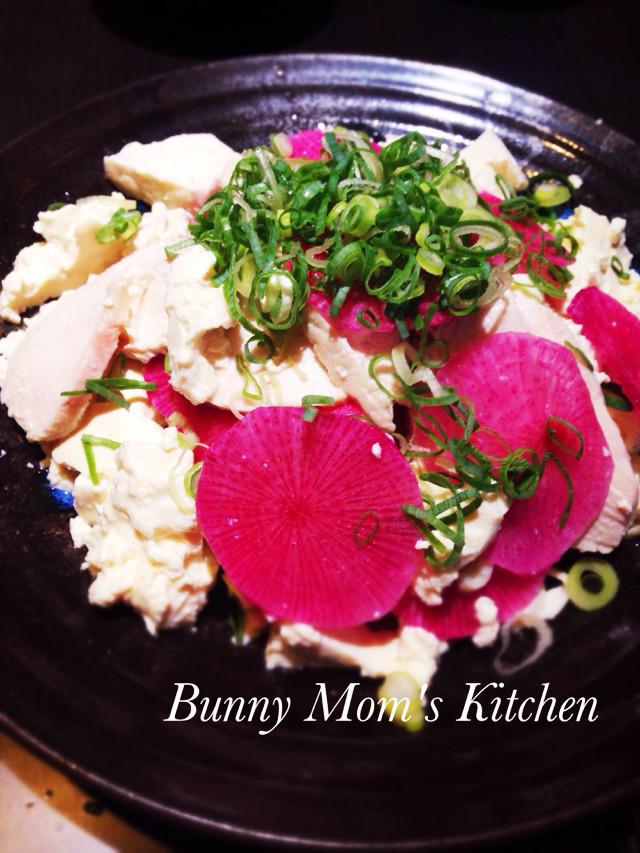 紅くるりと蒸し鶏の崩し豆腐サラダ