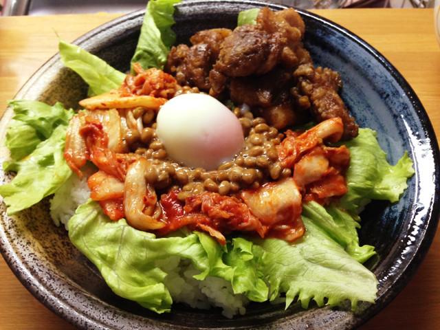 簡単鶏肉とキムチ納豆温泉卵のネバネバ丼