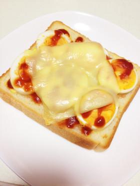 朝食やランチに♪簡単ゆでたまごピザ