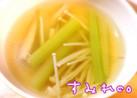 セロリと生姜の身体あったかコンソメスープ