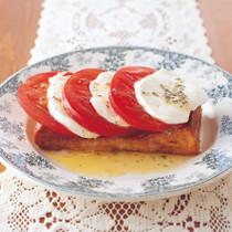 シナモン風味のフレンチトーストカプレーゼのせ