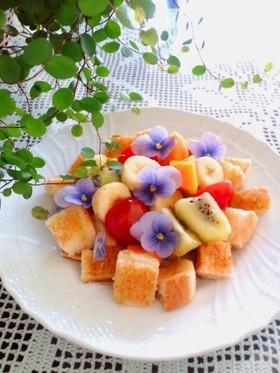 華やか朝ごはん♪フルーツトーストサラダ