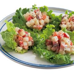 ころころ野菜とサーモンのレタスカップサラダ