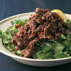 牛肉のにんにく塩麹炒めサラダ
