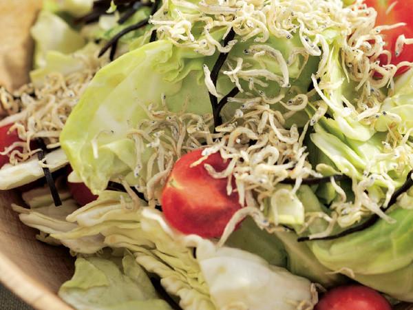 ちぎりキャベツとプチトマトの塩昆布サラダ