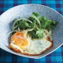 揚げ卵のエスニック風サラダ