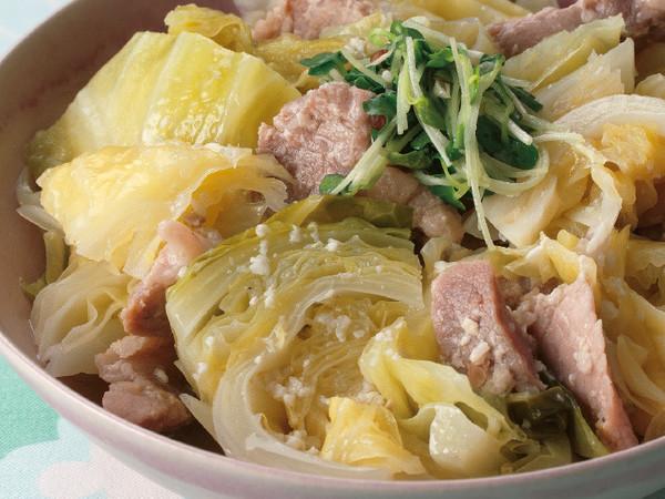 キャベツと豚ロース肉の塩麹煮込み