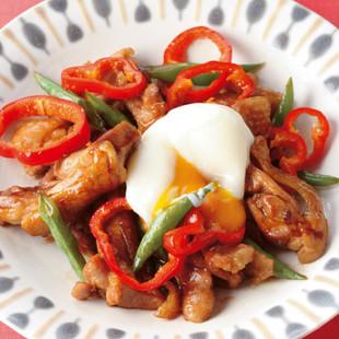 鶏肉といんげんの甘辛炒め温たまのせ