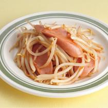 もやしと魚肉ソーセージのソース炒め