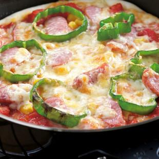 ソーセージとコーンのトマトピザ