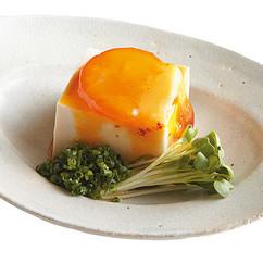 香りしょうゆ漬け卵黄のせ冷ややっこ
