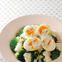 ブロッコリーとカリフラワー、ゆで卵のホットサラダ
