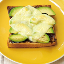 のりのつくだ煮とアボカドのチーズトースト