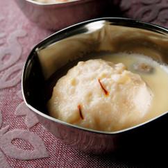 ラズマライ(フレッシュチーズのミルク煮)