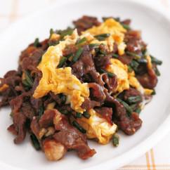 牛肉とにんにくの茎の卵炒め