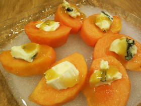 柿とブルーチーズのマヌカハニーがけ