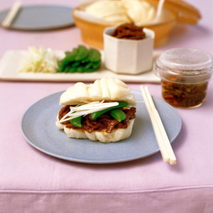 牛肉辛みそ炒めの花巻サンド