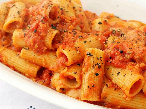 チーズトマトソースのリガトーニ